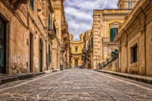 Rue avec des immeubles éligibles loi Malraux