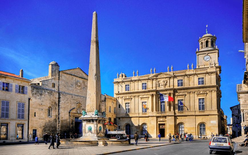 Une place avec des bâtiments loi Malraux Arles