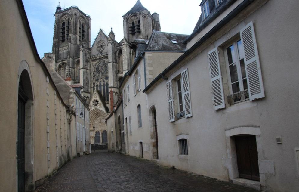 Une rue avec des bâtiments loi Malraux Bourges
