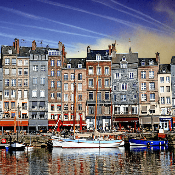 Le port avec des bâtiments loi Malraux Honfleur