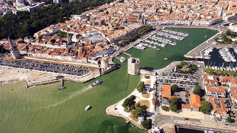 Le port avec les bâtiments loi marlaux la rochelle
