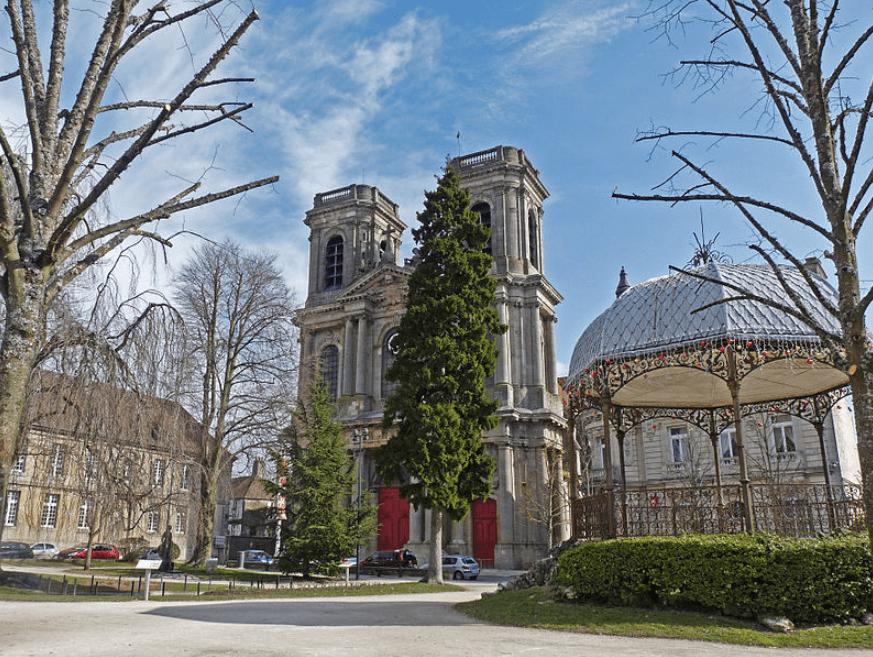 Une place avec des bâtiments en loi Malraux Langres