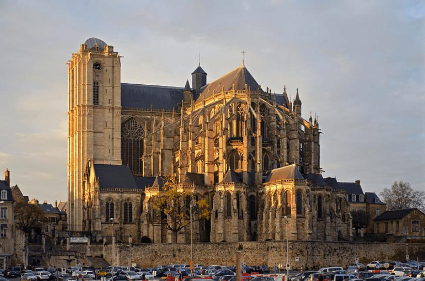 Cathédrale près des édifices loi malraux le mans