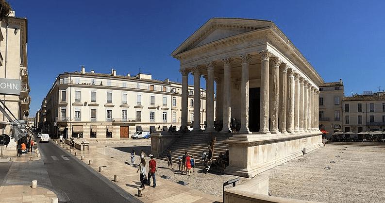 Un monument entouré d'immeubles éligibles loi Malraux Nimes