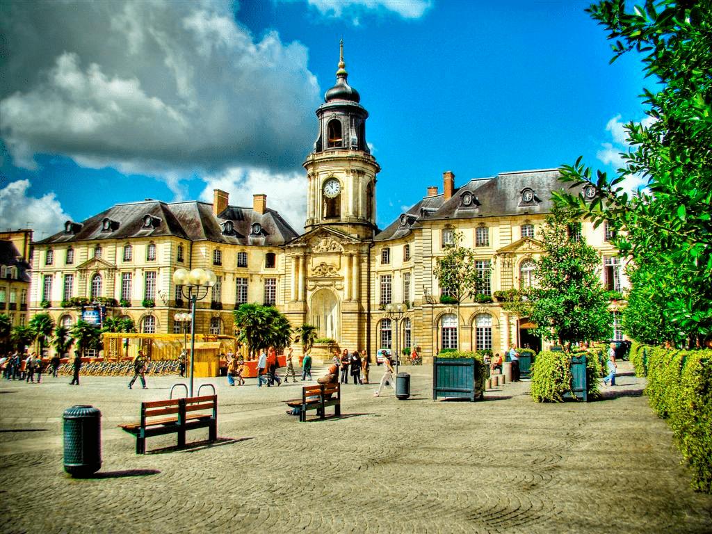 Une place avec des bâtiments loi Malraux Rennes