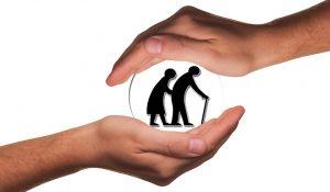 Mains encerclant des personnes âgées