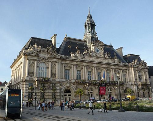 L'hotel de ville de tours, au centre du quartier eligible à la loi Malraux / Monument Historique