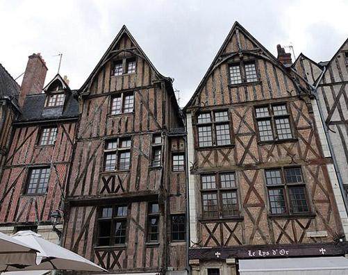 Place Plumereau à Tours, au centre du quartier eligible à la loi Malraux / Monument Historique