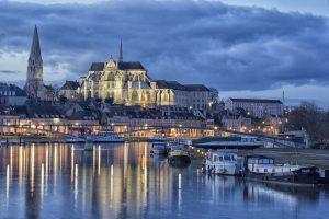 Vue de la ville d'Auxerre avec des Monuements Historiques en fond